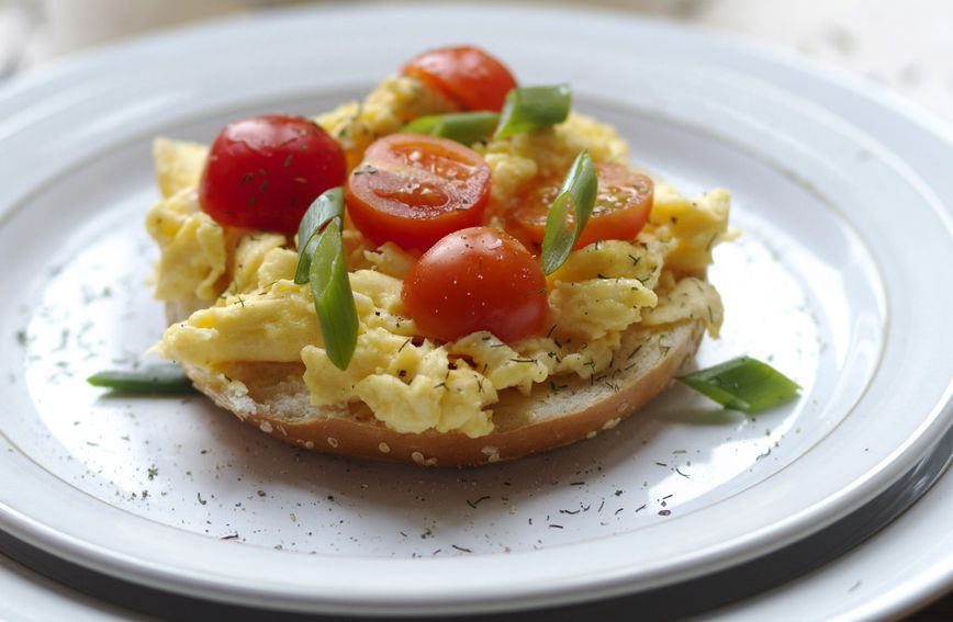 Omlet s mladim lukom i cherry rajčicama (ilustrativna fotografija)