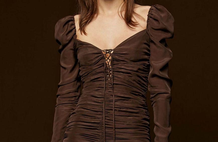 Drapirana smeđa haljina iz Zare prodaje se po cijeni od 499,90 kn u Hrvatskoj