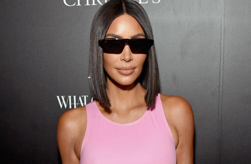 Kim Kardashian pojavila se na crvenom tepihu u ružičastoj mini haljini