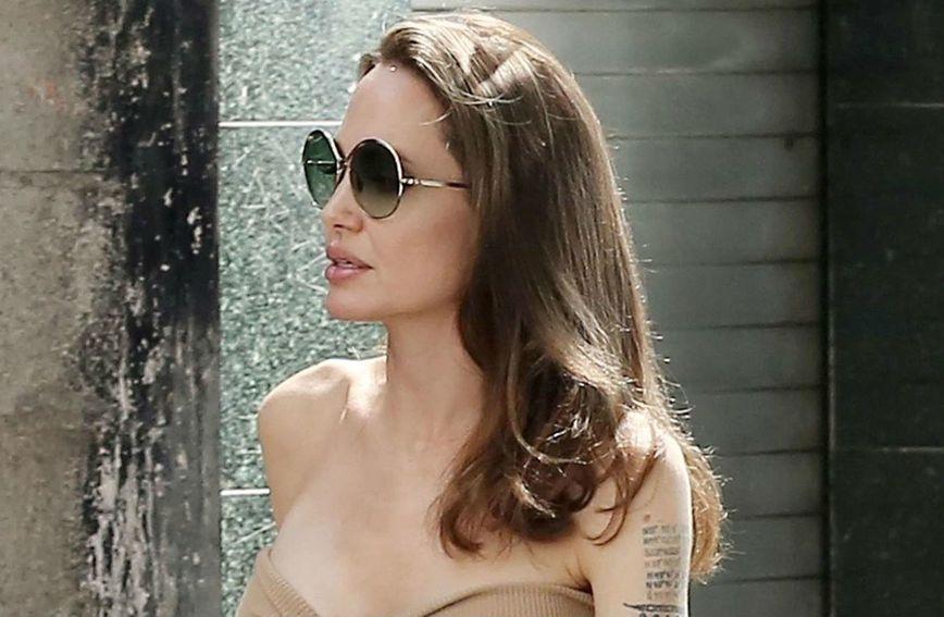 Angelina Jolie u haljini boje kože