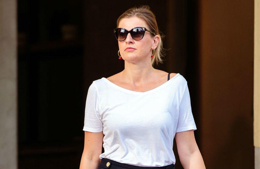 Bijela majica i crne kratke hlačice uvijek su idealna ljetna kombinacija