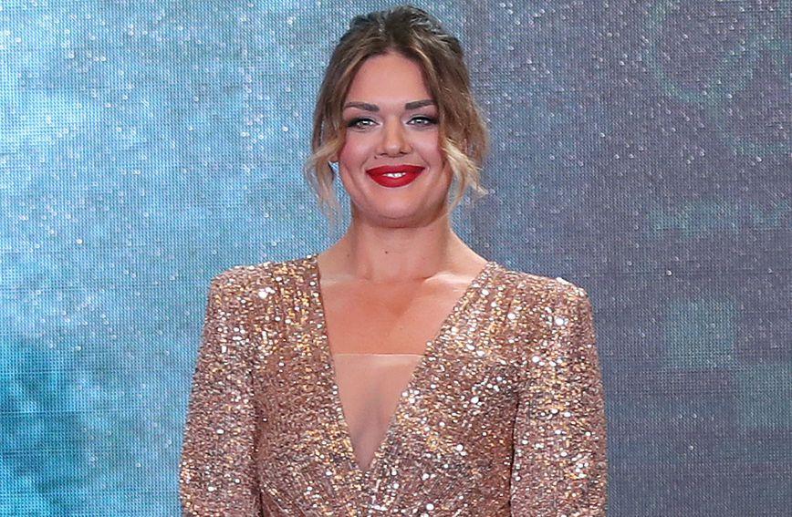 Sandra Perković u zlatnoj haljini sa šljokicama brenda Leilou by Alex Dojčinović