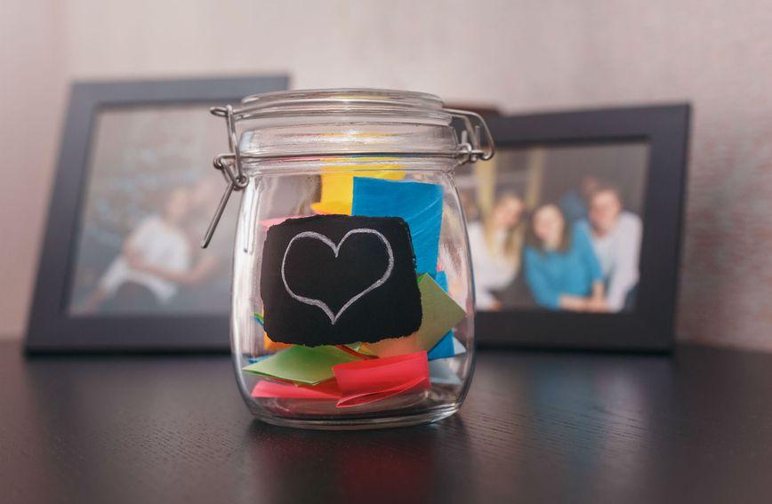 Poklon može biti staklenka s lijepim porukama ili uokvirena fotografija