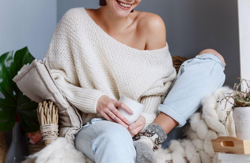 Vuneni pulover s otvorenim ramenima
