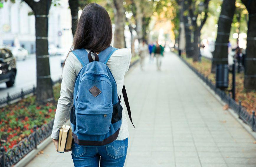 Nošenje torbice ili ruksaka na leđima može izazvati nelagodu zbog mišićnog disbalansa (Foto: Guliver/Thinkstock)