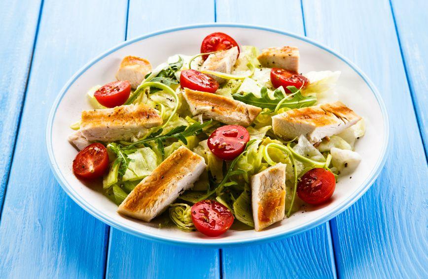 Pečena piletina servirana na salati dobar su izbor za ručak