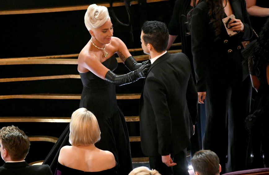 Prije nego što se popeo na pozornicu, Lady Gaga popravila je leptir-mašnu Ramija Maleka...