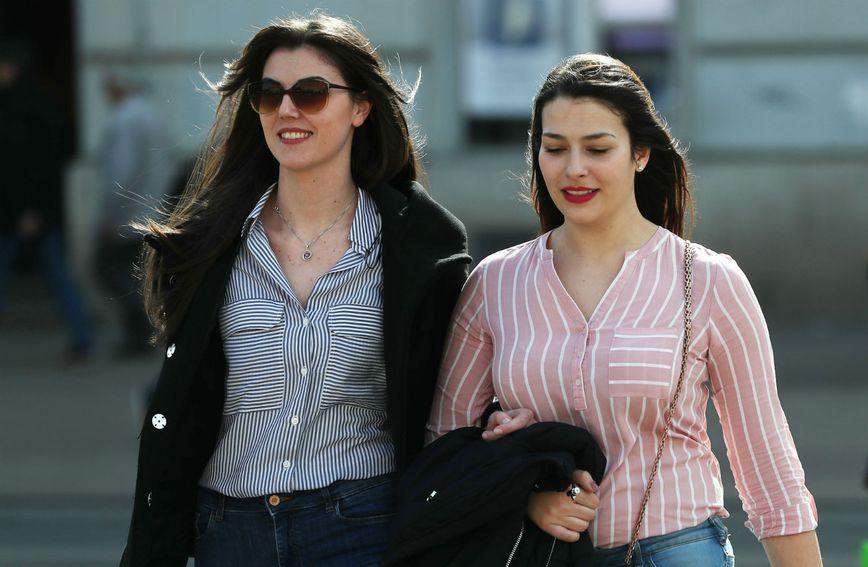 Djevojke u prugastim košuljama u centru Zagreba
