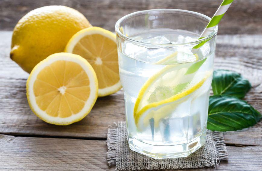 Voda s limunom pomaže kod mršavljenja, čisti kožu i popravlja raspoloženje