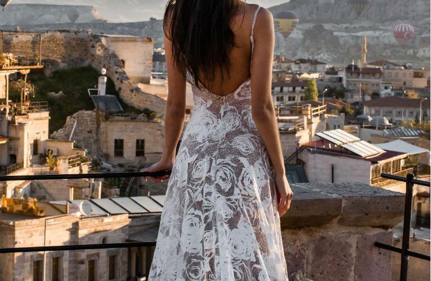 Vjenčanica brenda Grace Loves Lace ima podstavu boje kože