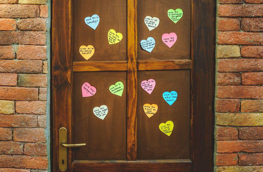 Srce s porukom na vratima dječje sobe