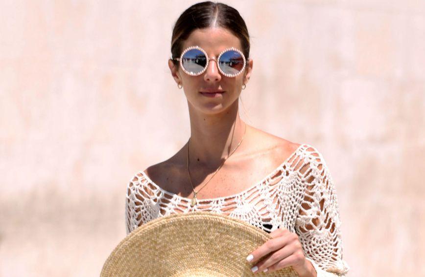 Dama sa splitske rive u ljetnom izdanju za plažu