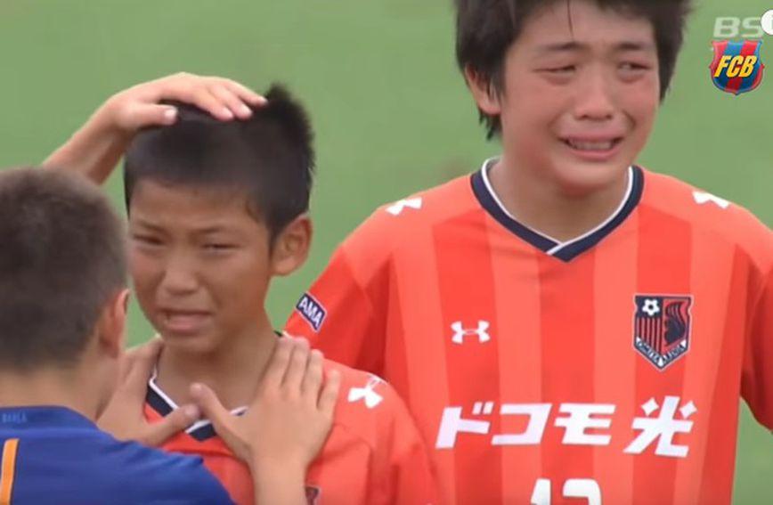 Mali nogometaši tješe poraženu momčad