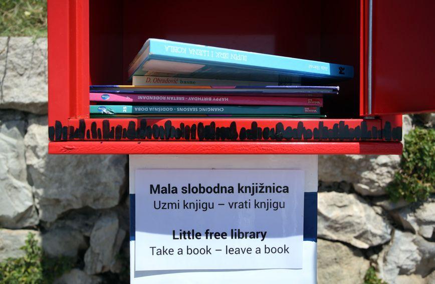 Na splitskim Bačvicama postavljena je kućica s besplatnim knjigama