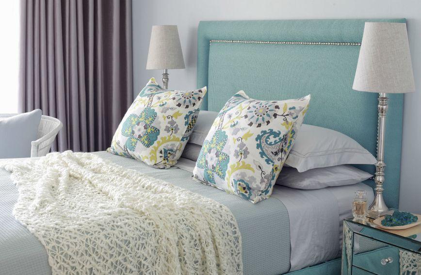 Uzglavlje kreveta u pastelno tirkiznoj boji izgleda profinjeno i opuštajuće