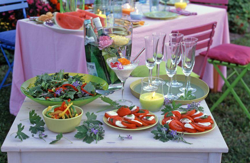 U jedan kut vašeg balkona ili terase postavite stol s hranom da se gosti sami poslužuju