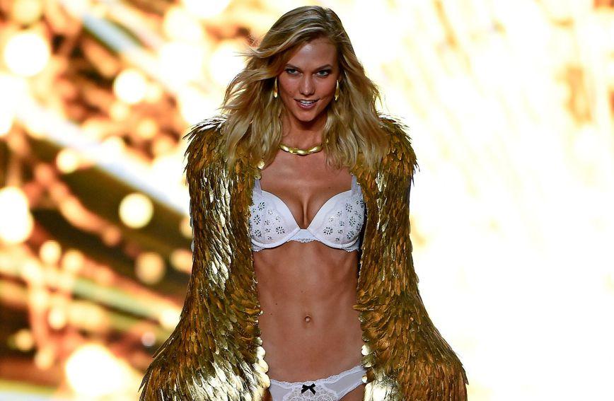 Model Karlie Kloss na  reviji brenda donjeg rublja 'Victoria's Secret'