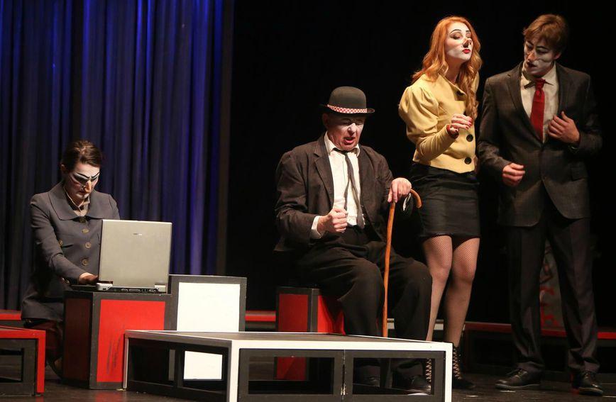 Predstava je nastala u koprodukciji kazališta KNAP iz Zagreba i Gradskog kazališta Zorin dom iz Karlovca