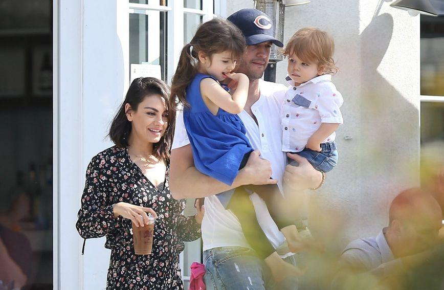 Mila Kunis i Ashton Kutcher sa svojom djecom