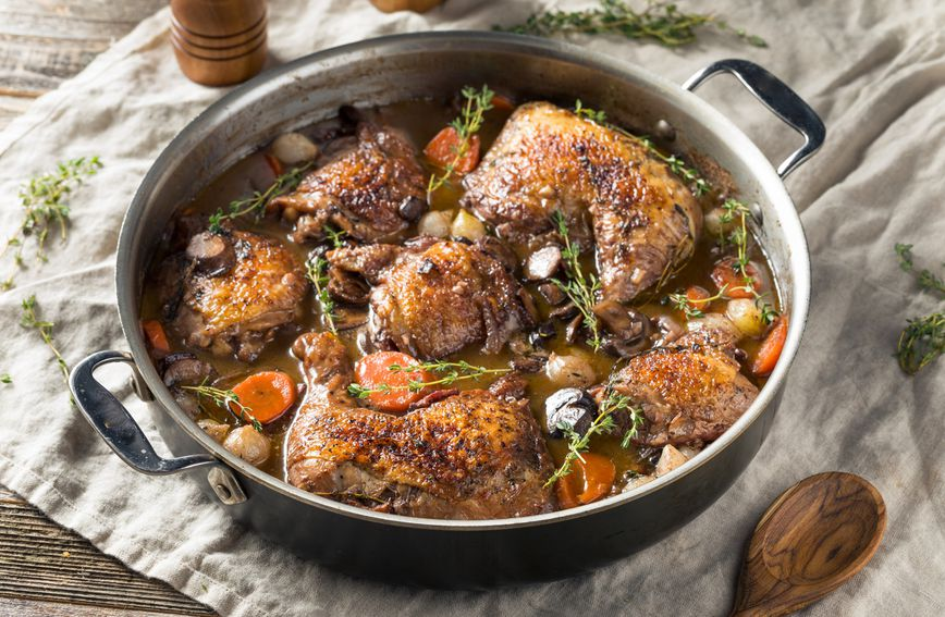 Piletina u vinu (coq au vin)