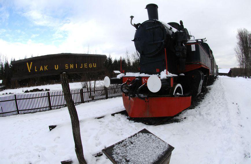 Vlak u snijegu u Lovrakovu centru u Velikom Đurđevcu kao simbol romana 'Vlak u snijegu'
