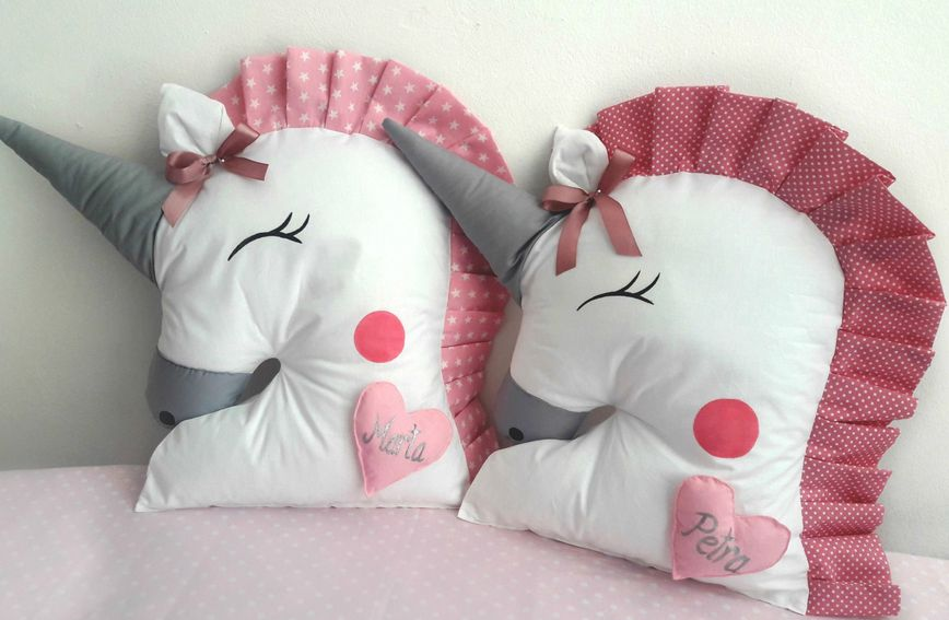 Jastuci s jednorozima nisu samo dekorativni jer su dovoljno veliki da se na njima može i spavati