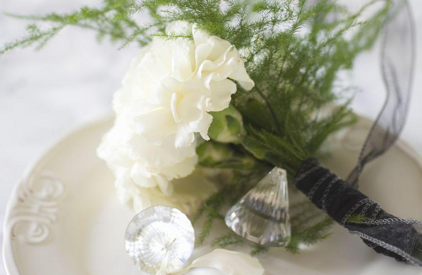 Tijekom većine 20. stoljeća za Majčin dan poklanjao se isključivo jedan cvijet – bijeli karanfil