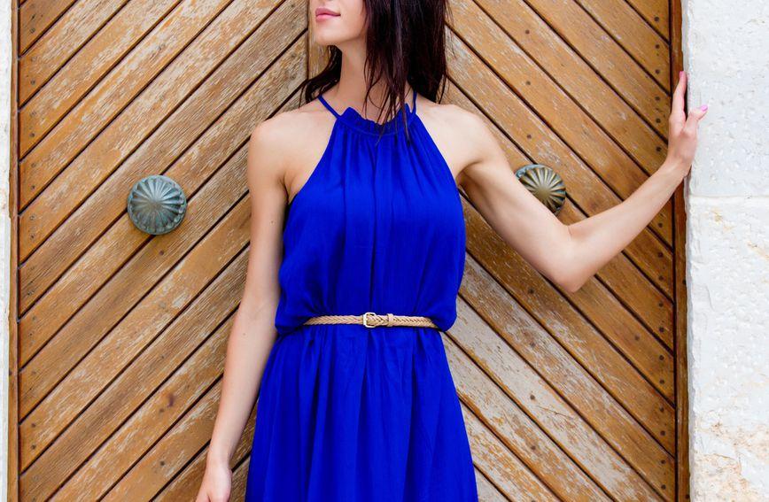 Struk može izgledati vizualno tanje i pomoću tanjeg remena u boji suprotnoj od boje haljine