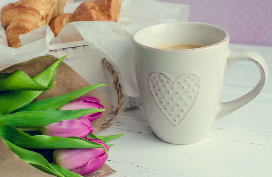 Odvojite vrijeme za sebe, nagradite se buketom cvijeća, uživajte u šalici kave i kroasanu