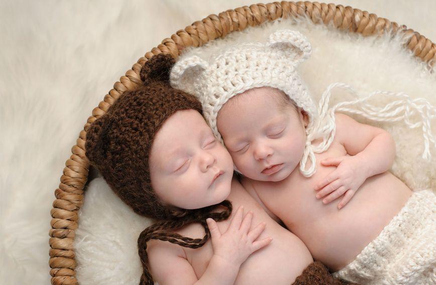 Novorođeni dječak i djevojčica