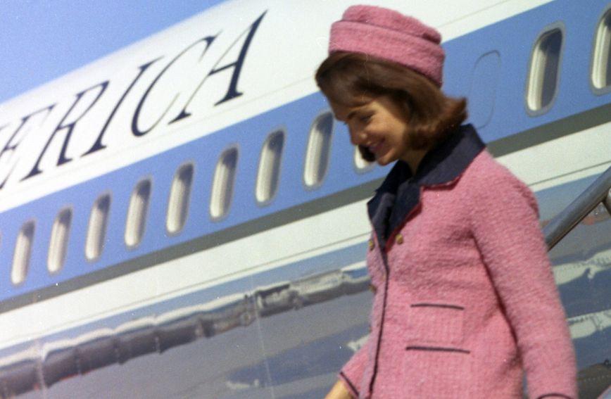 Ružičasti kostim danas se čuva u Američkom državnom arhivu