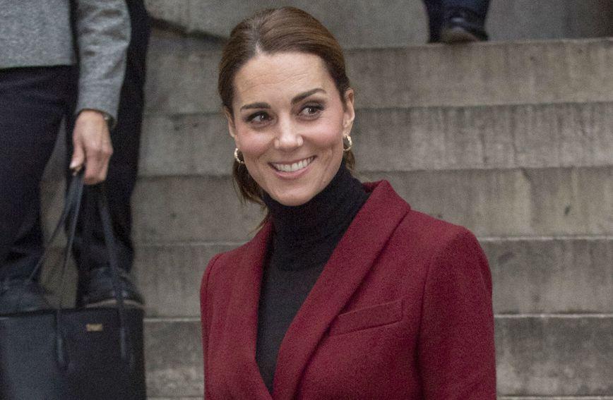 Catherine Middleton u kostimiću boje burgunca francuskog modnog brenda Paule Ka