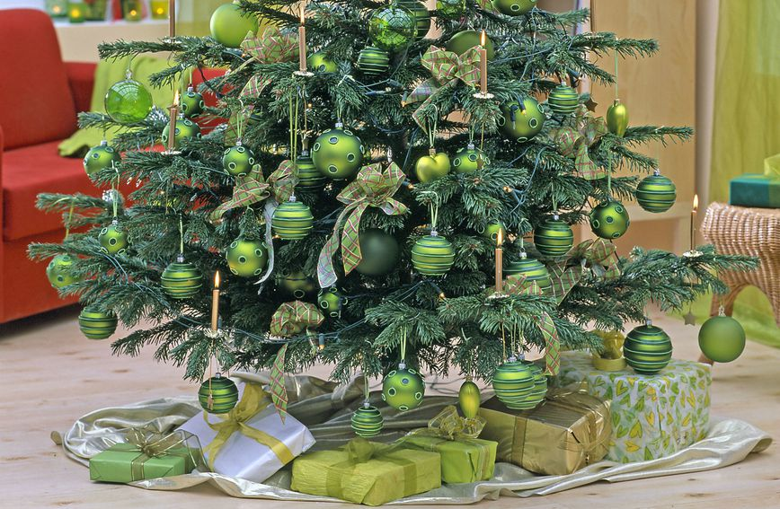 Ideje za dekoriranje jelke s kuglicama u zelenoj boji