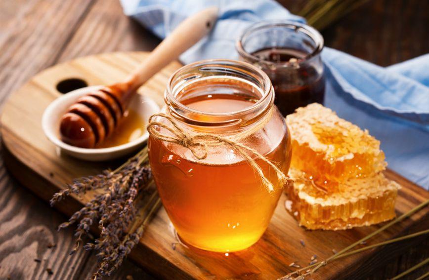 Med obično konzumiramo kao dodatak čaju, ali možemo ga piti i samo s vodom