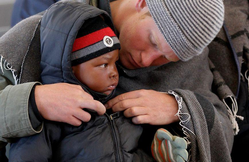 Brižni Harry zakopčava mališana u afričkom Semonkongu kako mu ne bi bilo hladno