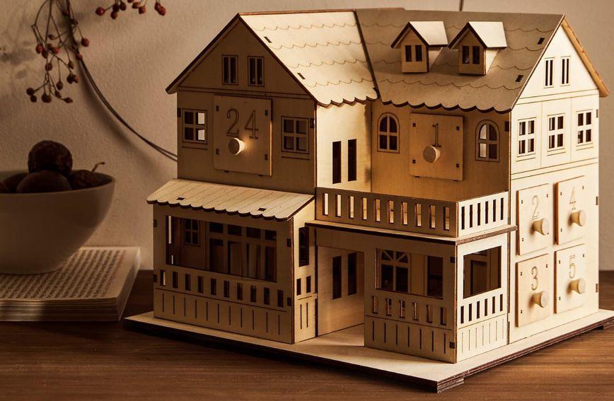 Adventski kalendar u obliku drvene kućice iz trgovine Zara Home