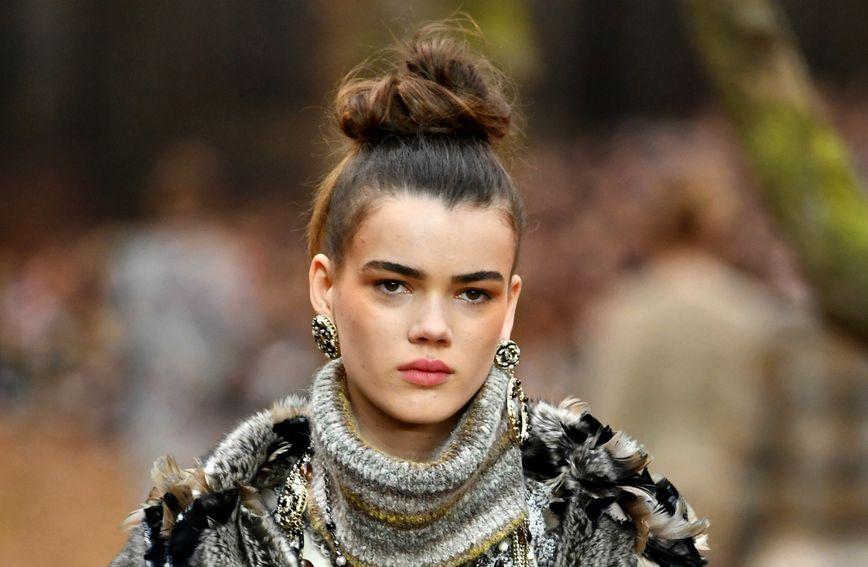 Visoka punđa na reviji modne kuće Chanel za jesen/zimu 2018.