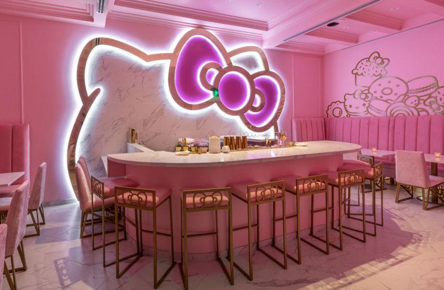 U Hello Kitty kafiću mogu se naći slastice poput torte od jagode, čokoladne torte i pite od jabuka