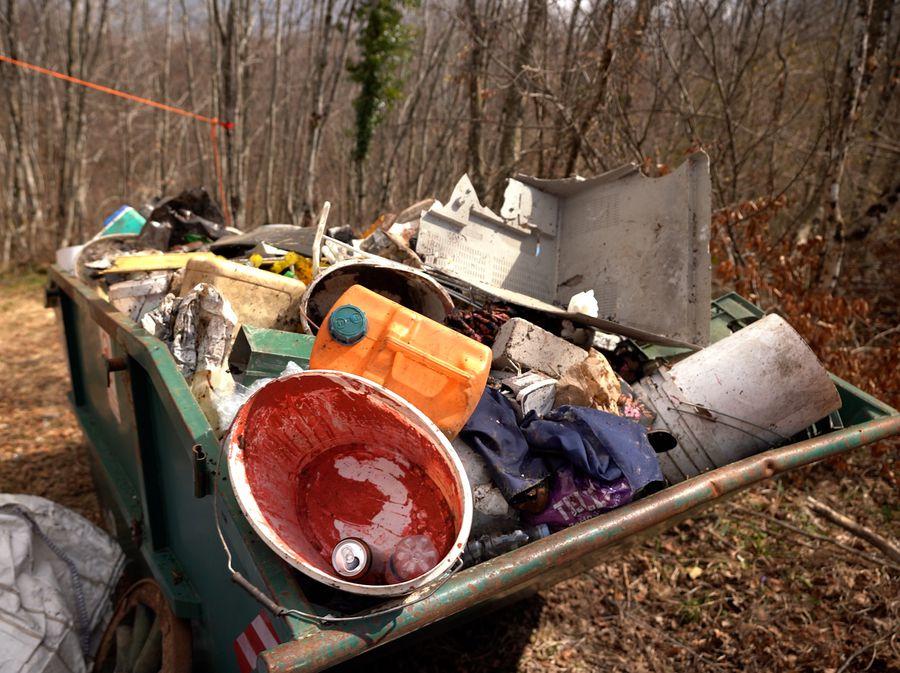Kontejneri puni smeća bačenog u špilju u Gornjem Lugu pored Žute Lokve