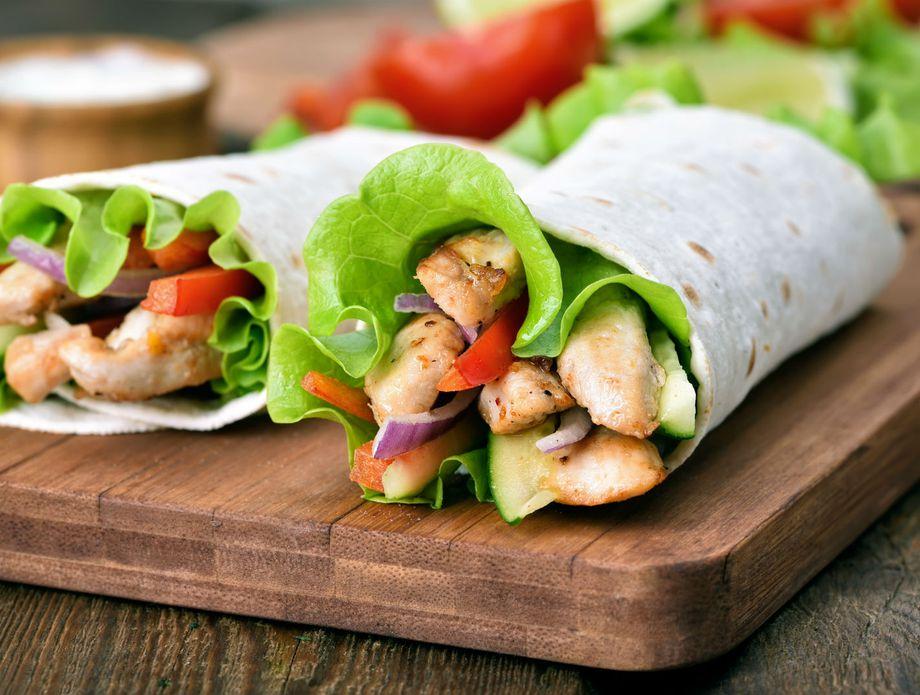 Sendvič od piletine i povrća u tortilji