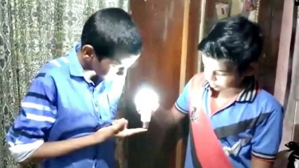 Devetogodišnjak pali LED žarulju - dodirom (Screenshot YouTube)