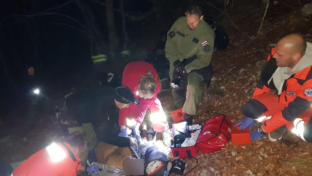 Spašavanje teško ozlijeđenog migranta (Foto: MUP)1
