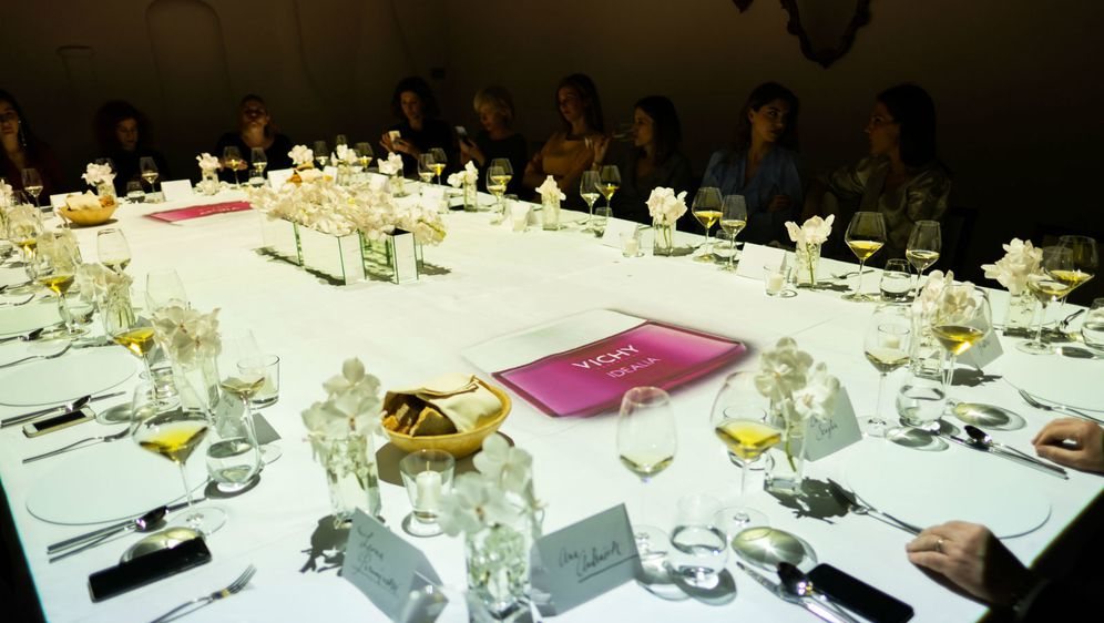 Na ekskluzivnoj i prvi put predstavljenoj 3D mapping večeri u restoranu Dubravkin put, Vichy je predstavio četiri linije svojih proizvoda