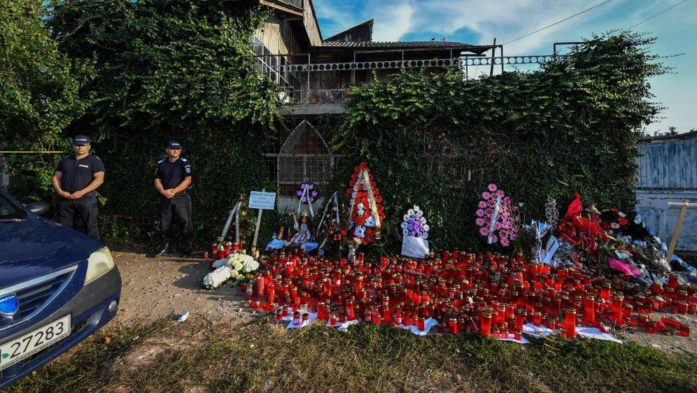 Policija stoji ispred kuće ubojice (Foto: AFP)