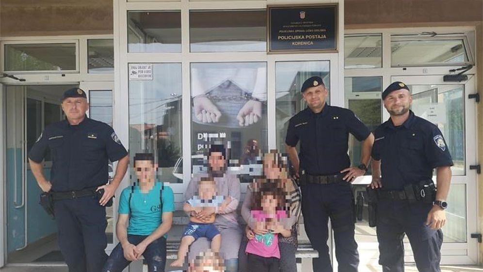 Spašeni migranti s pripadnicima policije (Foto: PU ličko-senjska)