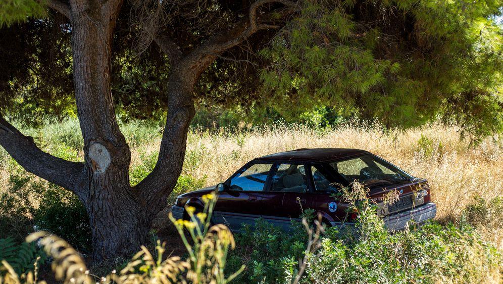 Odlaganje olupine starog automobila pod stablo (Foto: Filip Kos/PIXSELL)