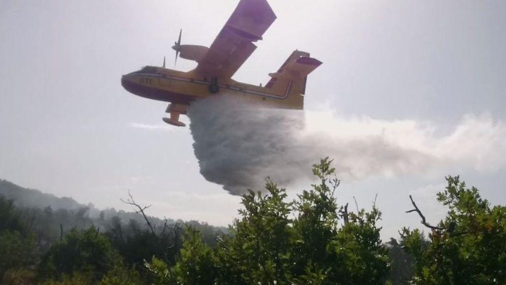 Kanader ispušta vodu (Foto: Dnevnik.hr)
