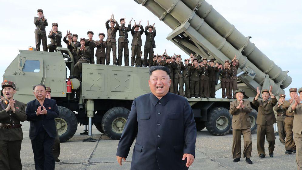 Objavljene fotografije Kim Jong Una kako gleda lansiranje novih projektila (Foto: AFP)