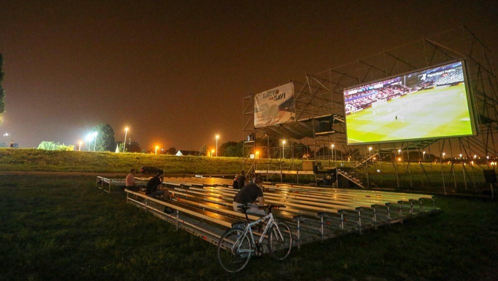 Nekoliko ljudi gledalo prijenos utakmice na Ljetu na Savi (Foto: Matija Habljak/PIXSELL) - 5