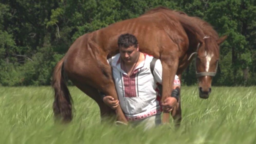 Dmitro Haladzi bez problema na leđimka može ponijeti konja, u ovom slučaju teškog 450 kilograma (FOTO: YouTube/Screenshot)